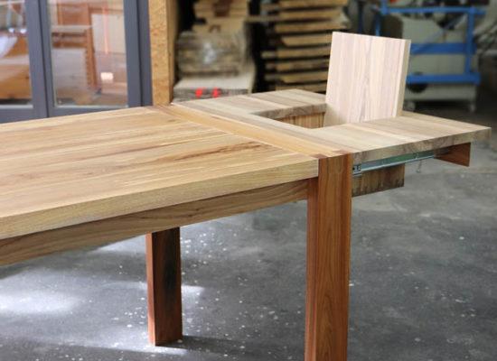 Tisch aus Ulme mit integriertem Kindersitz